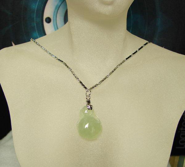 淡阳绿翡翠如意项坠*送钻石金项链;; 冰种绿翡翠项链图片_图片素材库