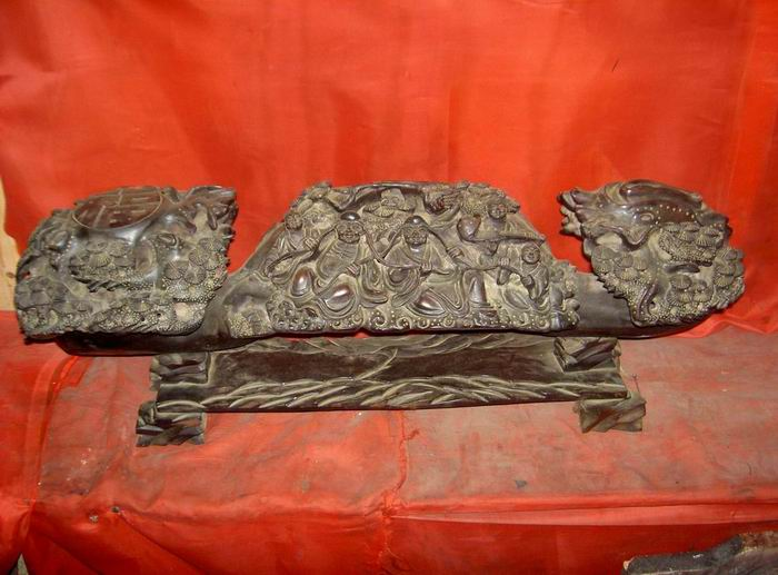 红木雕刻的罗汉童子图如意