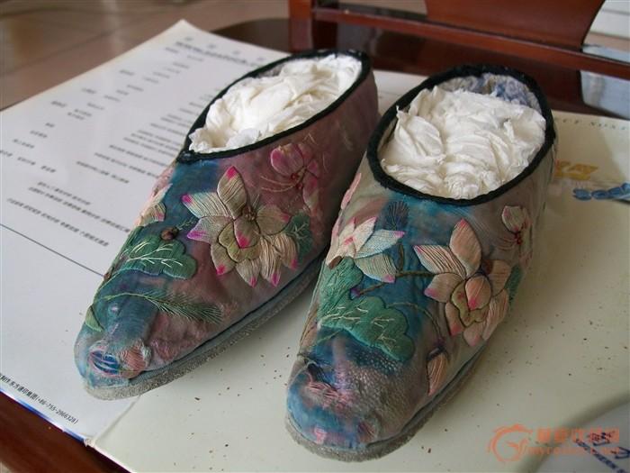 清代装衣服加鞋子的木箱图片