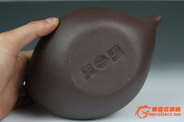 与奇石、兰花并称为文人三雅的紫砂壶,近年来价格上涨很快,拍卖会上更是拍出高价,引起一些紫砂壶收藏爱好者的关注。如2011年6月北京长风拍卖会上,汪寅仙的一款长21cm、高16.5cm的曲壶,为1988年创作的代表作,落槌价(未计算佣金)为200万元,最后以230万元成交。曲壶是由著名陶瓷艺术设计家张守智与当代中国工艺美术大师汪寅仙在上世纪80年代末合创的一款名壶---本壶为仿品,实用壶。 此壶的造型非常有特色,设计得非常的成功。给人整体的感觉,线条很自然,也很舒服。无论看几眼,都不会觉得腻。属于大品