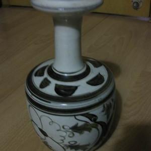 民窑白釉,精绘长颈瓶。高26厘米