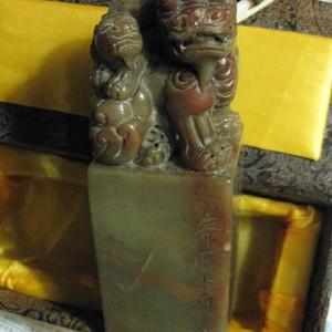 寿山石老印章。双狮子纽。重435克