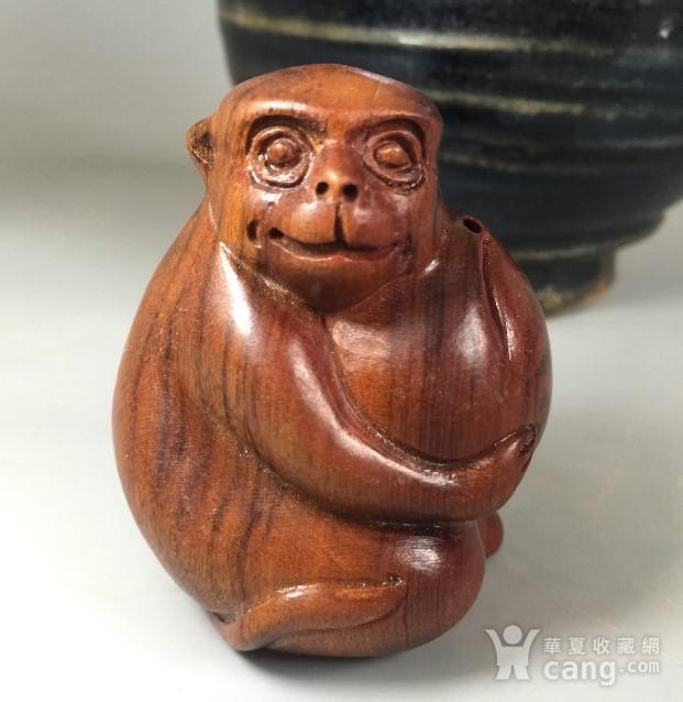 可爱好玩的花梨木小猴抱桃