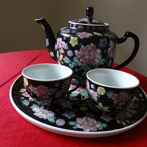 【钻石】【118-307】创汇期黑地花卉纹茶具一套