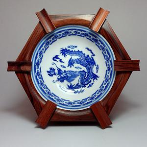 红木镶嵌青花瓷龙纹烟灰缸!