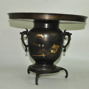 三足刻花铜花瓶