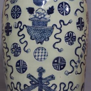 【季度大拍】道光300件豆青釉暗八仙纹狮耳瓶