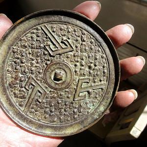 明夔龙地山字纹铜镜