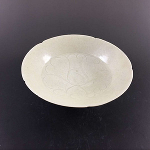 宋 极美品青白釉牡丹纹六出筋折腹盘子