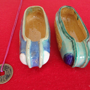 371 D268  民国景德镇低温釉彩绣花浮雕鞋形小笔洗一对