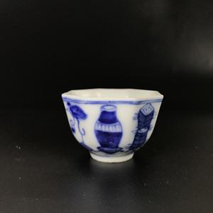 精品青花瓷 清代中期青花博古八棱酒杯