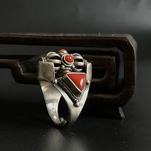 藏传回流纯银镶嵌天然红珊瑚戒指一枚