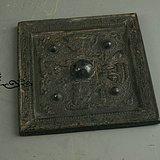 器刻人物纹方铜