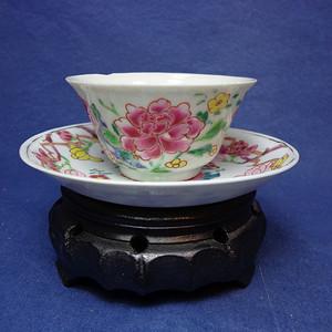 雍正粉彩薄胎牡丹山石纹杯和叶形开光牡丹玉兰纹描金碟 1910 T17