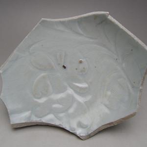 105.元代 枢府釉暗刻花卉瓷片