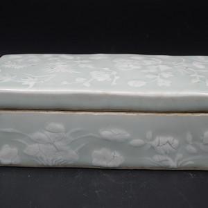 清乾隆粉青釉花卉墨条盒