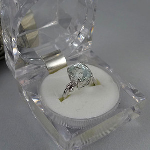 18K铂金镶天然海蓝宝石精品戒指