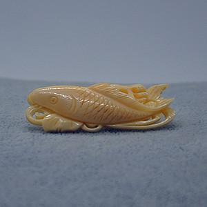 7.9克鲸鱼牙雕刻胸针鱼