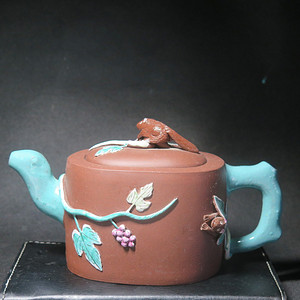 晚清加彩松鼠葡萄紫砂壶