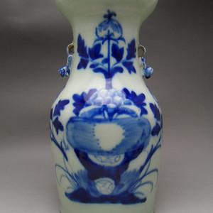 109.清代 豆青釉花卉牡丹大瓶