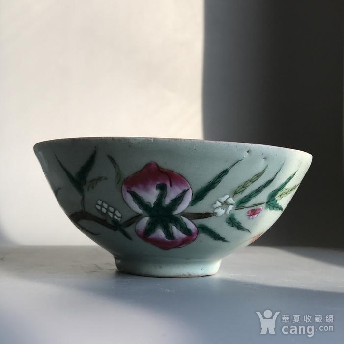 精品收藏级明清瓷器 清代豆青加彩仙桃大碗一只图2