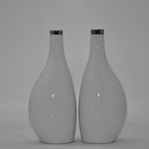 白瓷瓶一对