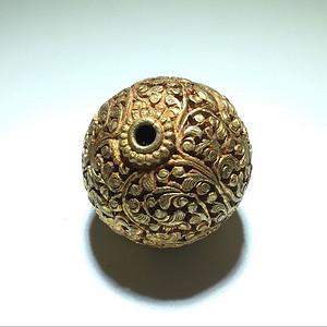 银鎏金 錾刻缠枝纹 法螺纹饰 圆珠 一枚