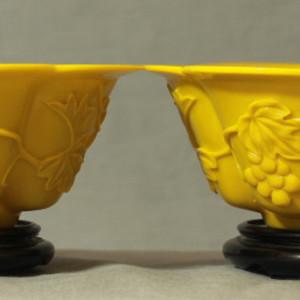 民国鸡油黄葡萄纹料器碗一对