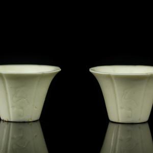 3清早期德化窑白釉仙鹤梅枝纹花口杯一对