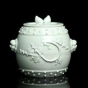 4清德化窑白釉梅花纹兽耳盖罐