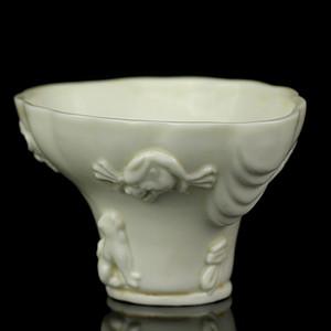 17明代德化窑白釉龙虎纹爵杯