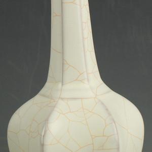 开片白釉瓷瓜棱瓶