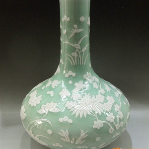清 豆青釉堆白花卉纹荸荠瓶!标本器!