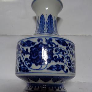 青花缠枝莲瓶