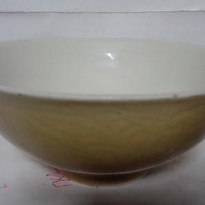 黄釉缠枝莲碗