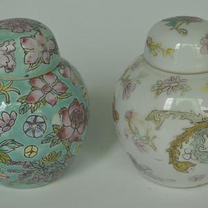 两个粉彩盖罐