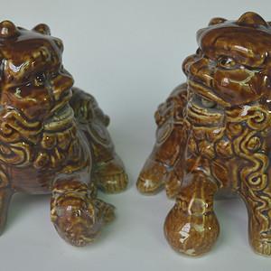 老酱釉瓷狮一对