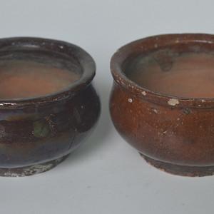 两个酱油釉香炉