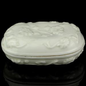 7清早期德化窑白釉花卉纹腰型盖盒