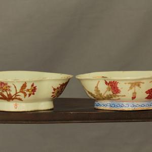 晏紫红釉鸡冠花纹海棠碗两个
