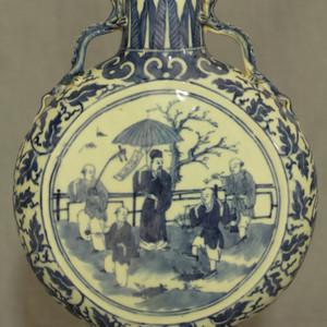 清代青花井市人物纹抱月瓶