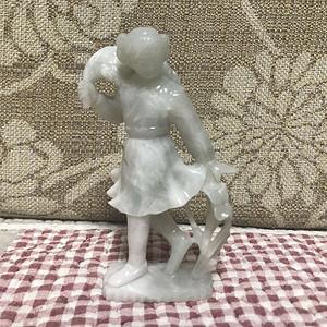 文革时期翡翠拾麦穗的小女孩雕件