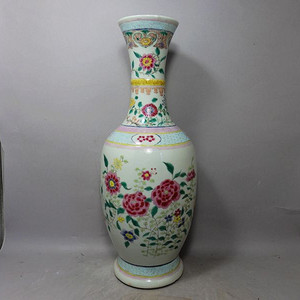 清代粉彩花卉绘画赏瓶