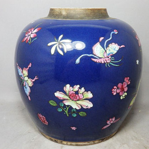 乾隆蓝釉加彩蝴蝶绘画罐