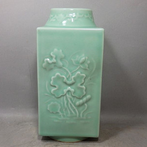 清代豆青四面花卉高浮雕宗瓶