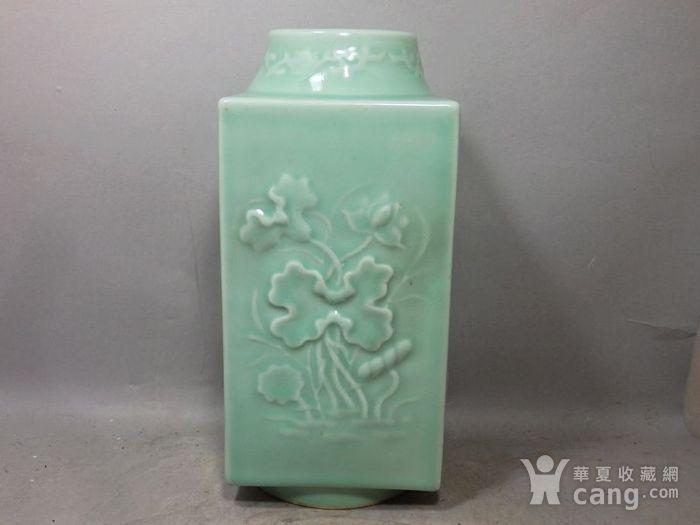 清代豆青四面花卉高浮雕宗瓶图1