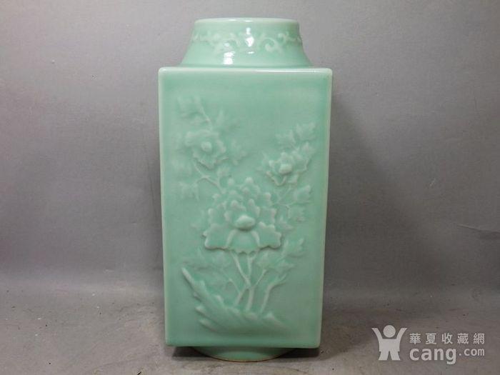 清代豆青四面花卉高浮雕宗瓶图2