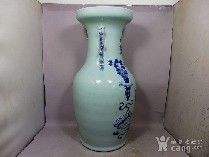清代豆青青花花卉绘画双耳赏瓶图3