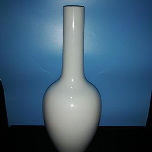 金牌 白釉长颈瓶
