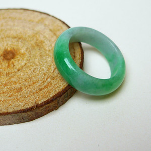 冰润带阳绿精美戒指